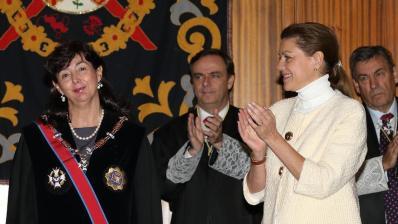 Cospedal aplaude a Concepción Espejel tras condecorarla