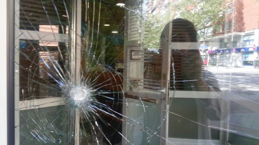Uno de los cristales rotos de la clínica Dator. / Dator