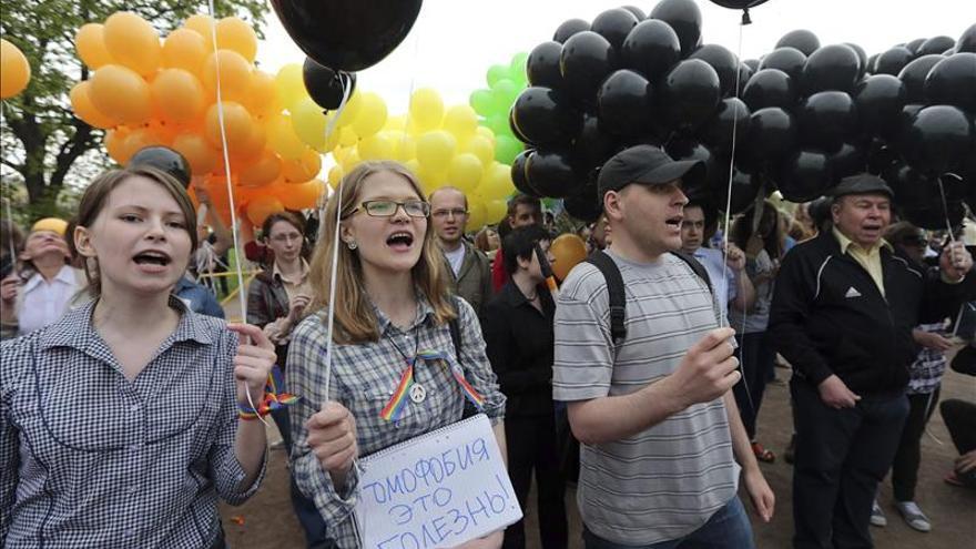 Los homosexuales rusos desafían las prohibiciones para exigir igualdad