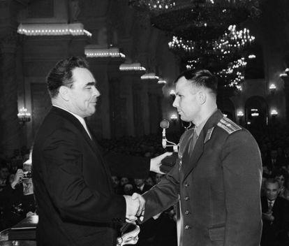 El líder soviético Leonid Brezhnev le otorgó a Gagarin la Orden de Lenin y los Héroes de la Unión Soviética el 14 de abril de 1961, apenas dos días después de su fuga.
