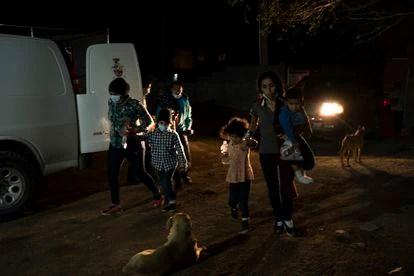 Familias migrantes esperando ser aceptadas en el albergue Pan y vida en Ciudad Juárez, México.