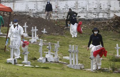 Científicos forenses durante una exhumación en el cementerio de Dabeiba el 11 de marzo.