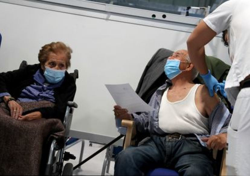 Vacunación del grupo de edad mayor de 80 años en el hospital Isabel Zendal de Madrid.