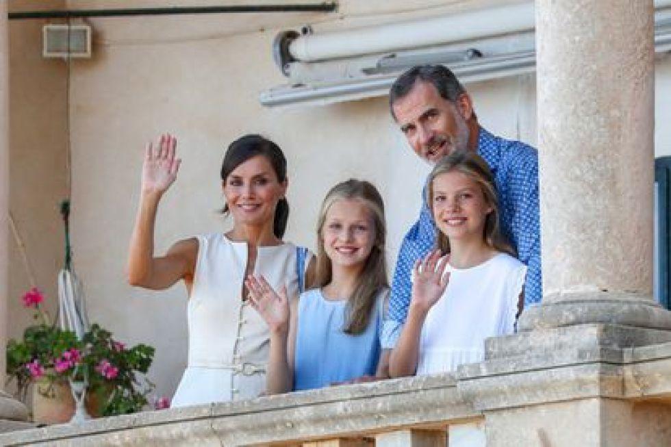 La reina Letizia, el rey Felipe y sus dos hijas Leonor y Sofía.