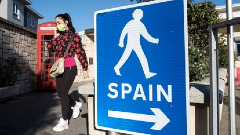 Una mujer camina por la frontera que separa Gibraltar de España.