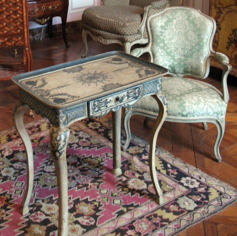 salon-lilas-louis-xv_table-and-cabriolet-chair_6153