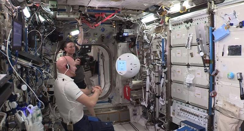 ecco robot sulla iss che interagisce con gli astronauti si anche offeso v9 353988