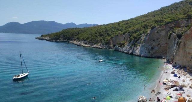 Ιστοφόρο και σκάφη στην παραλία της Χαλικιάδας, λουόμενοι, σκηνές, άμμος, βράχια, δέντρα, φύση, γαλαζοπράσινα νερά