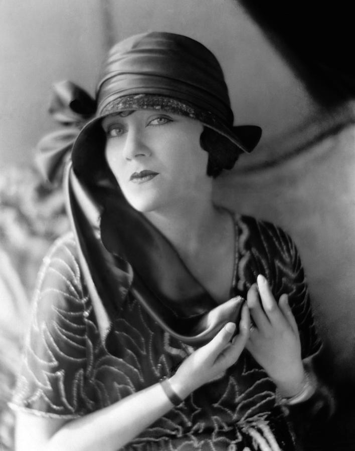 https://i2.wp.com/images.fineartamerica.com/images-medium-large/1-gloria-swanson-1921-everett.jpg