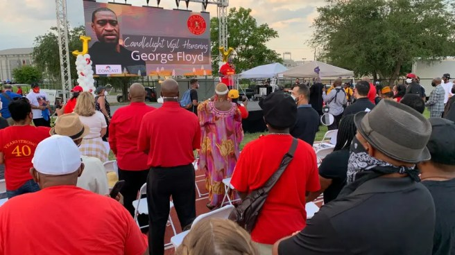 Hundreds attend memorial candlelight vigil for George Floyd | FOX ...
