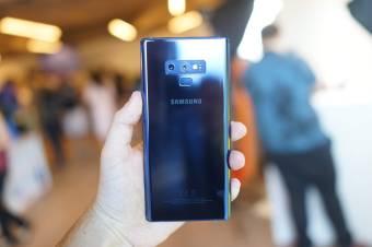 Samsung Galaxy Note 9 dos en main