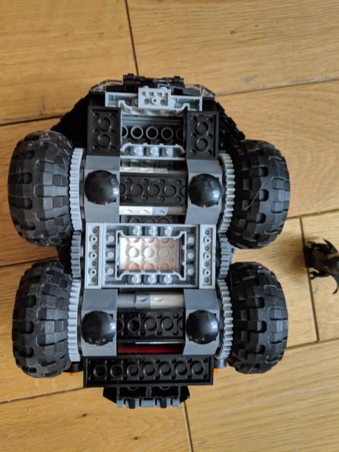 Test Lego DC COMICS Super Heroes Batmobile radiocommandée montée de dessous