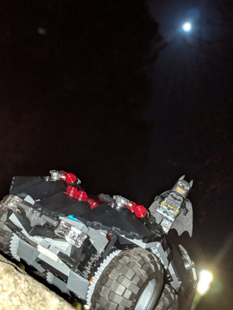 Test Lego DC COMICS Super Heroes Batmobile radiocommandée montée de nuit pleine lune
