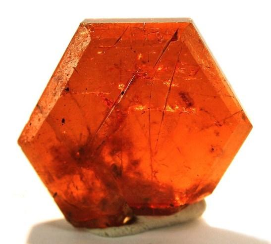 Un cristal de bastnäsite-cérium. Crédit : Robert M. Lavinsky // Wikimedia Commons