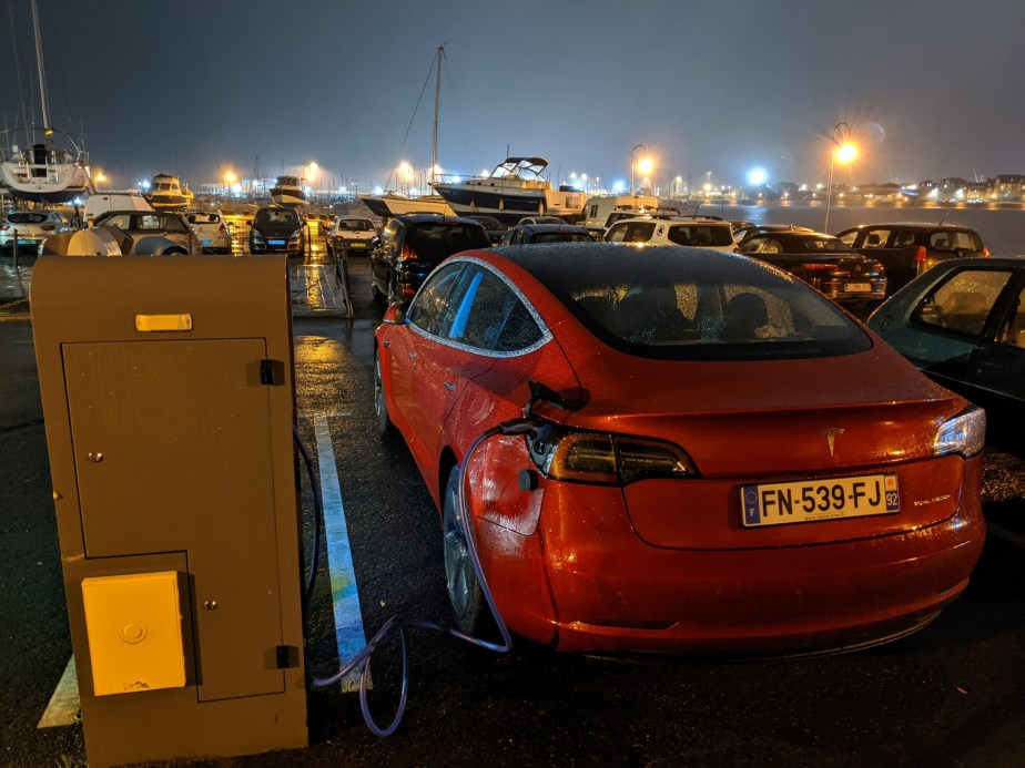 Tesla Model 3 Borne recharge publique