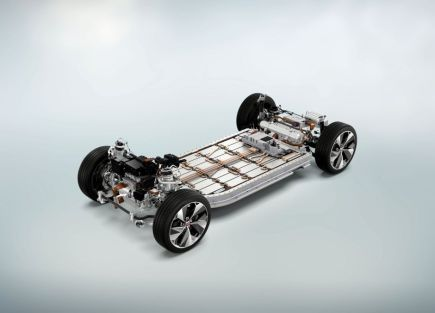 De ce côté, une plateforme pour véhicules 100 % électriques.