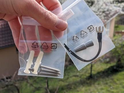 Arlo Essential Wire-Free Video Doorbell - Vis et chevilles