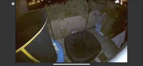 Simulation d'intrusion en extérieur avec projecteur activé // Source : Frandroid / Yazid Amer