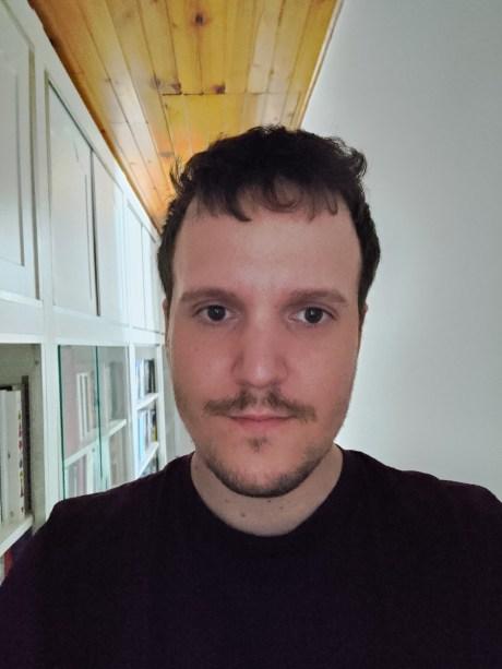 Photo en selfie de l'Asus Zenfone 8 en mode automatique