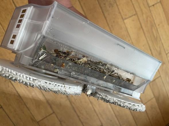 Le bac à eau intègre un mini-bac dédié aux poussières et résidus aspirés // Source : Frandroid / Yazid Amer