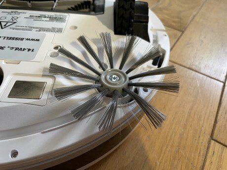 Pour retirer les brosses latérales, il faut utiliser un tournevis // Source : Frandroid / Yazid Amer