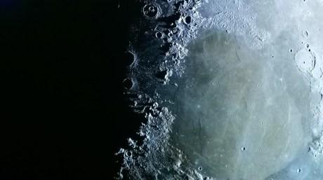 Des noirs parfaits sur cette image de la Lune.