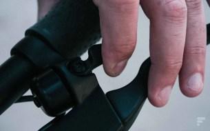 La sonnette est bien placée entre la poignée et le frein