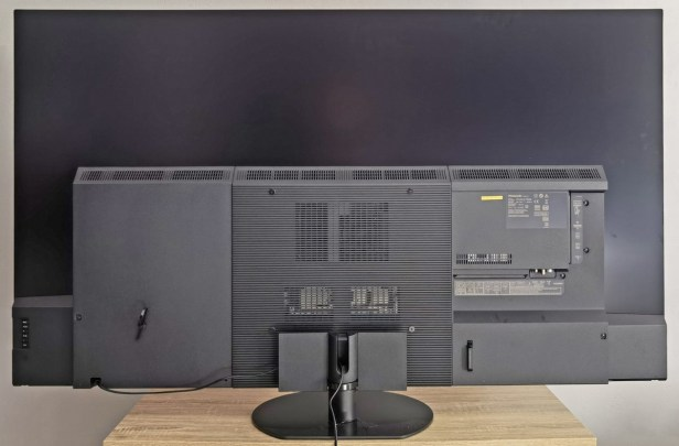 Le téléviseur de dos.
