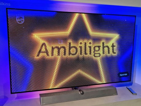 La TV Philips 65OLED936 avec son système Ambilight sur les 4 côtés.
