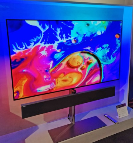 La TV Philips OLED986 depuis sa gauche.