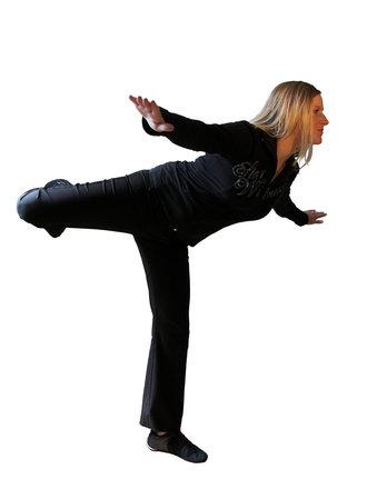 Chica en ropa de color negro - equilibrio