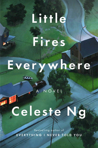coveret til little fires everywhere av Celeste Ng, bilde av to hus, plen, trær og veier,