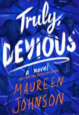 framsiden til Truly Devious, som er blå med tittelen i hvitt og forfatternavnet i oransje