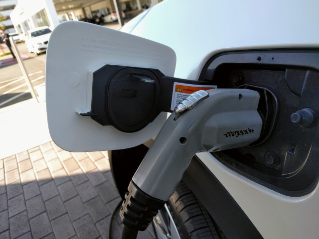 PG&E launches program to install 7,500 electric-car ...