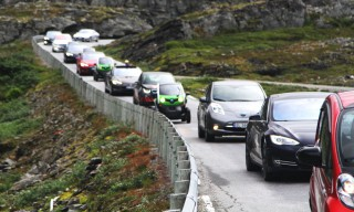 Electric-car rally in Geiranger, Norway [Image: Norsk elbilforening via Flickr]