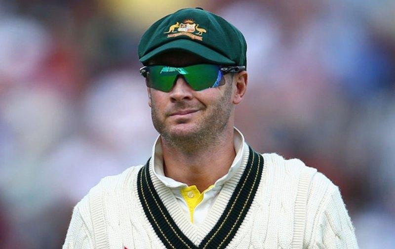 """माइकल क्लार्क: स्मिथ से पहले क्लार्क ऑस्ट्रेलिया की कप्तानी कर रहे थे. क्लार्क ने 115 टेस्ट खेलने के बाद साल 2015 में संन्यास लेने का फैसला किया. अब क्लार्क टीवी कमेंटेटर के तौर पर नज़र आते हैं और हाल ही में क्रिकेट में वापसी में दिलचस्पी दिखाई थी. उन्होंने कमेंट्री के दौरान कहा था, """"अगर मुझे सही लोग पूछेंगे तो मैं अपना जवाब दूंगा."""" अगर क्लार्क वापसी करते हैं तो वो कप्तानी के लिए सबसे बड़े दावेदार होंगे."""