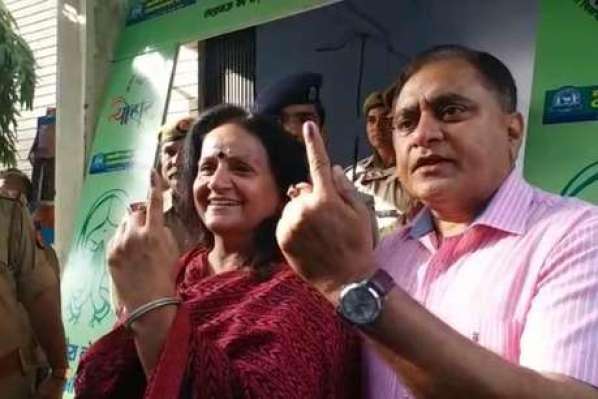 DGP ओपी सिंह ने पत्नी संग डाला वोट, कहा- लोकतंत्र के लिए वोटिंग आवश्यक