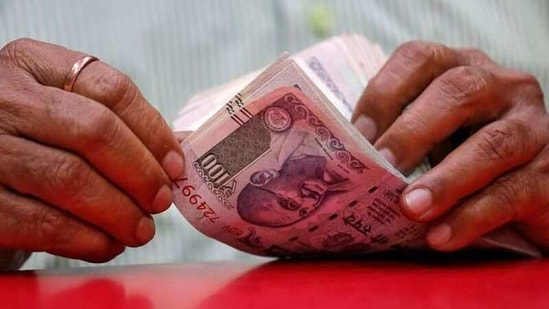 Old ₹5, ₹10 and ₹100 notes to go out of circulation after March? Govt says | Hindustan Times
