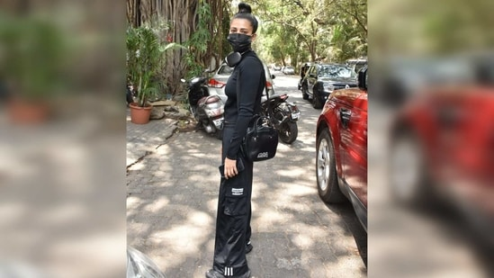 Her commitment to maintaining the monotone effect was impeccable as she was seen carrying a black sling bag and completed the look with a pair of matching sneakers.(Varinder Chawla)