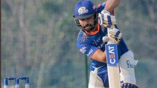 रोहित शर्मा नेट पर बल्लेबाजी करते हैं। (मुंबई इंडियंस / ट्विटर)