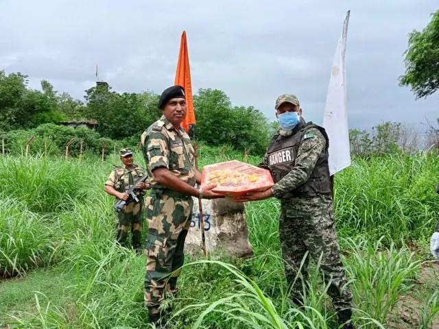 ईद मनाने के लिए जम्मू क्षेत्र में अंतरराष्ट्रीय सीमा पर बीएसएफ और पाकिस्तान रेंजर्स के बीच मिठाइयों का आदान-प्रदान किया गया।  (स्रोत)