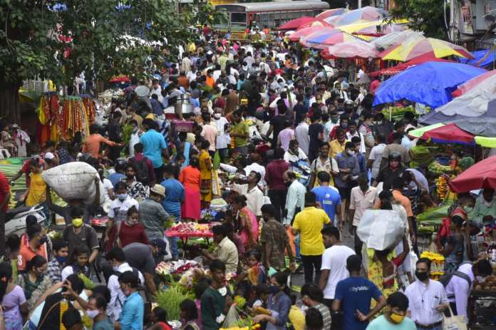 People seen shopping at a flower market in Mumbai for Lord Ganesha on occasion of Ganesh Chaturthi.(Anshuman Poyrekar/HT Photo)