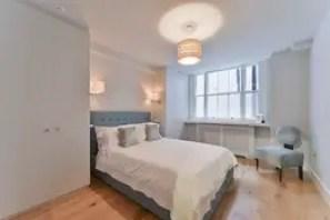 Dormitorios de estilo moderno de The Lady Builder