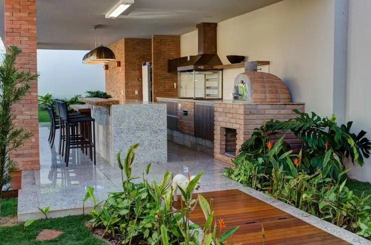 CASA DAS PRIMAVERAS: Terraços translation missing: br.style.terraços.moderno por BRAVIM ◘ RICCI ARQUITETURA