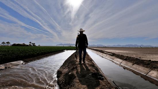 2016-03-01-1456858596-2894143-irrigationwaterinYumaAZCreditIrfanKhanLATimesccr287.png