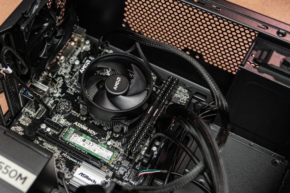 Vue rapprochée du refroidisseur de CPU installé sur un CPU