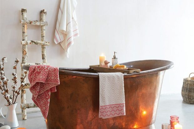 Viste tu baño con velas y toallas de baño turco como estas de Dunelm.