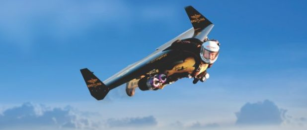 Yves Rossy ha usado su ala motorizada para volar junto a aviones famosos como un B-17 y Spitfires (imagen: Breitling)