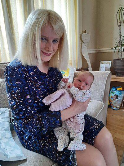 हेलेना पर्सेल अपनी बेटी मिला © एनएचएस इंग्लैंड / पीए के साथ