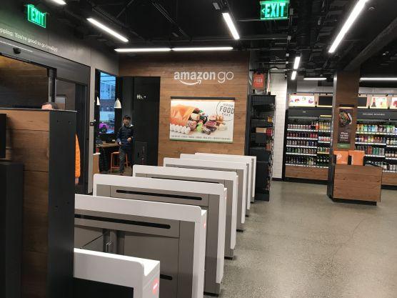 Entrée du magasin sans caisse Amazon Go à l'instar d'une gare de métro.